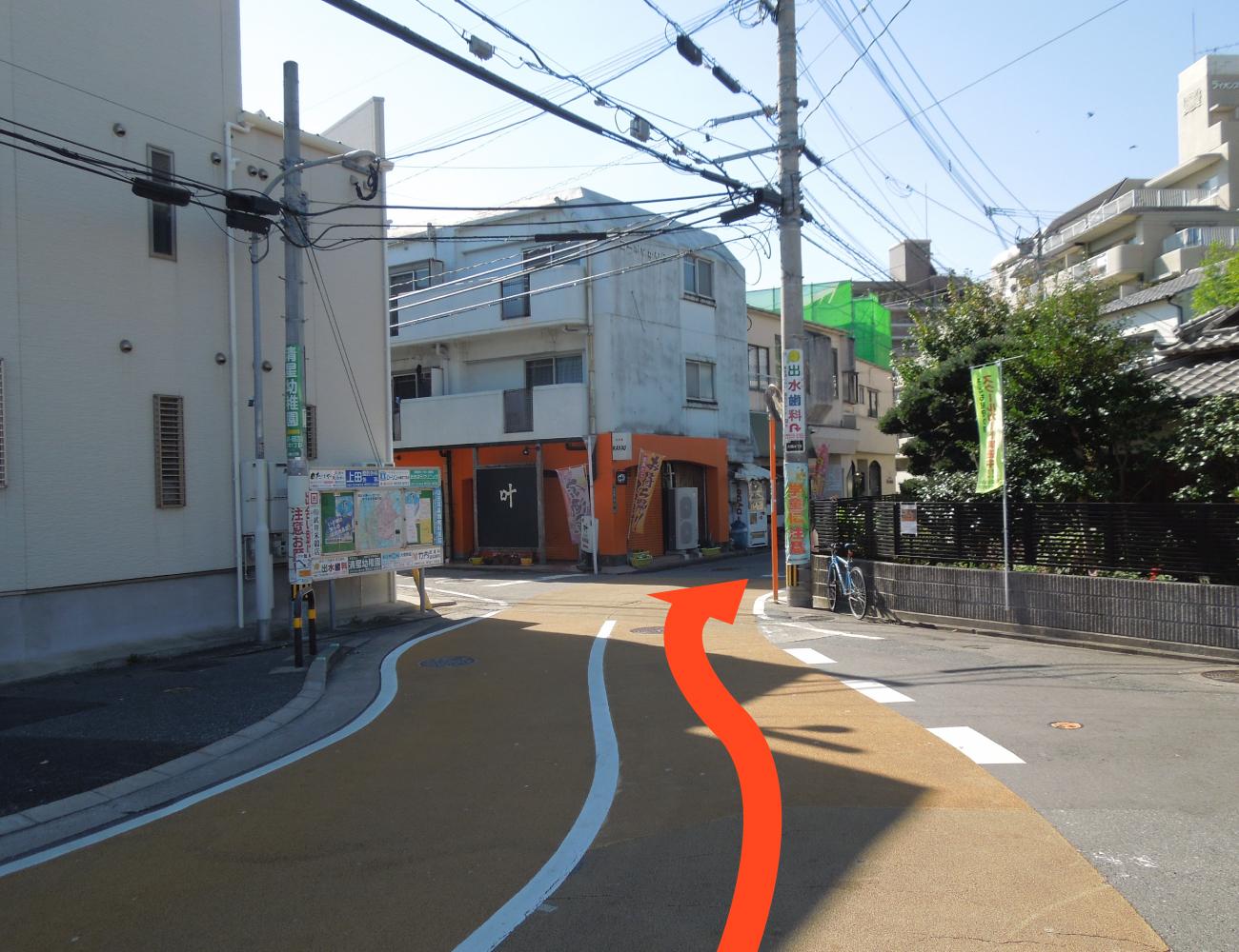 「筑紫丘小学校入口」交差点右折直後の分岐を右に進みます。